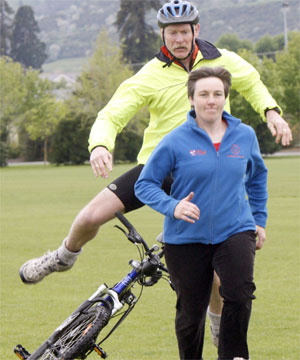 Copyright 2008 MARTIN DE RUYTER/Nelson Mail. RUN FOR IT: Sergeant Mike Fitzsimons uses a tactical speed dismount technique